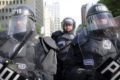 Oficiais de polícia do motim que obstruem as ruas da baixa Foto de Stock Royalty Free