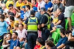 Oficiais de Victoria Police que olham a multidão Imagem de Stock Royalty Free