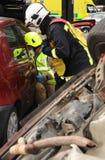 Oficiais do fogo no acidente de viação Fotografia de Stock Royalty Free