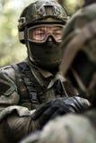 Oficiais na camuflagem na floresta Foto de Stock