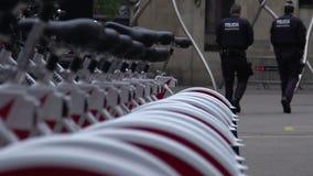 Oficiais que vão à delegacia perto do estacionamento da bicicleta, patrulha da cidade no dever video estoque