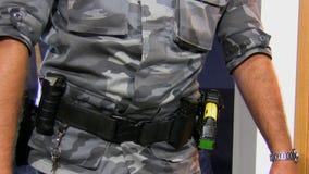 Oficial armado com duas armas vídeos de arquivo