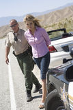 Oficial Arresting Young Woman foto de archivo libre de regalías