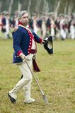 Oficial continental en el paso y comentario en el 225o aniversario de la victoria en Yorktown, una reconstrucción del cerco de Yo Foto de archivo