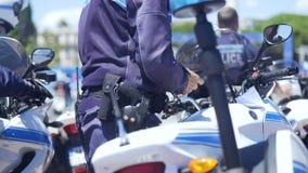 Oficial da patrulha da polícia do velomotor no dever para manter a ordem pública na cidade grande filme