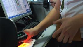 Oficial de controle do passaporte que verifica bilhetes e doc, regime visto-livre, imigração vídeos de arquivo
