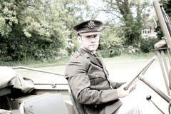 Oficial de exército considerável do SOLDADO do americano WWII em Willy Jeep de montada uniforme foto de stock