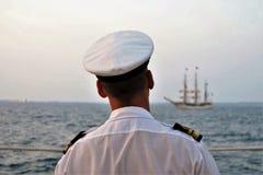 Oficial de la marina de guerra que mira la nave alta en el río Tagus Fotografía de archivo libre de regalías