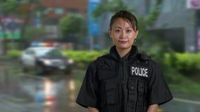 Oficial de policía americano asiático en la escena del crimen almacen de metraje de vídeo