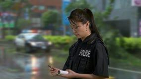 Oficial de policía americano asiático en la escena del crimen almacen de video