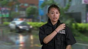 Oficial de policía americano asiático de la mujer en la escena del crimen almacen de metraje de vídeo