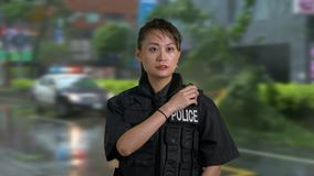 Oficial de policía americano asiático de la mujer en la escena del crimen metrajes
