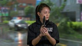 Oficial de policía americano asiático de la mujer en la escena del crimen almacen de video