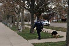 Oficial de policía con el perro NY que patrulla Imágenes de archivo libres de regalías