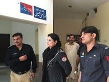 Oficial de policía de la mujer en Paquistán Imagenes de archivo