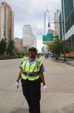 Oficial de policía del control de tráfico de NYPD cerca de Freedom Tower en Manhattan Foto de archivo libre de regalías