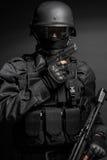 Oficial de policía del GOLPE VIOLENTO con la pistola fotografía de archivo libre de regalías