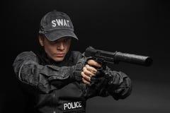 Oficial de policía del GOLPE VIOLENTO con la pistola Foto de archivo