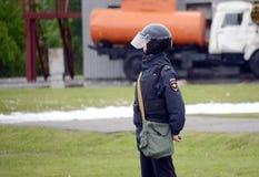 Oficial de policía en cordón durante ejercicios en la tierra del rescate de Noginsk Imagen de archivo