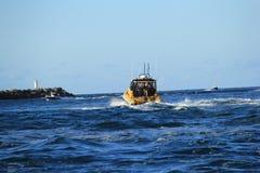 Oficial de policía en el barco de la gasolina Foto de archivo libre de regalías