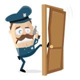 Oficial de policía enojado que golpea con el pie en la puerta foto de archivo libre de regalías