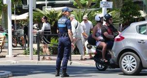 Oficial de policía de la mujer Directing Traffic almacen de metraje de vídeo