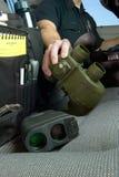 Oficial de policía que alcanza para los prismáticos fotos de archivo libres de regalías