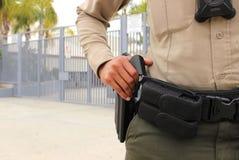 Oficial de policía que protege el campus de la High School secundaria foto de archivo libre de regalías