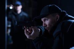 Oficial de policía que sostiene la arma de mano Fotos de archivo