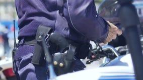 Oficial de policía que usa el smartphone, patrulla de la calle, seguridad en ciudad, ley y orden almacen de video