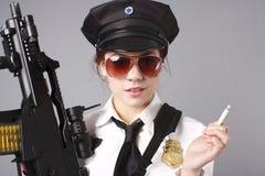 Oficial de policía de sexo femenino con el arma Imágenes de archivo libres de regalías
