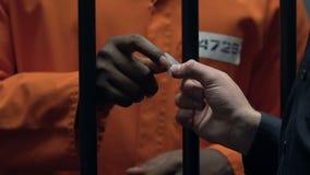 Oficial de prisão que dá a lâmina ao interno afro-americano, ajudando com escape filme