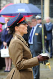 Oficial de sexo femenino con la espada en desfile en uniforme del mejor Foto de archivo libre de regalías