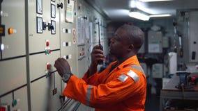 Oficial do coordenador marinho que trabalha na sala de motor video estoque
