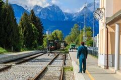 Oficial do estação de caminhos-de-ferro no estação de caminhos-de-ferro Foto de Stock