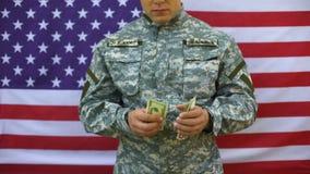 Oficial do exército que conta cédulas do dólar, salário do recruta do pagamento da aposentadoria vídeos de arquivo