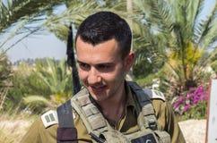Oficial júnior israelita não identificado (primeiramente tenente) em museu blindado do corpo de Latrun fotografia de stock royalty free