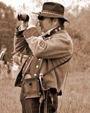 """Oficial rebelde que espía en los soldados de la unión en el """"Battle del  de Liberty†- Bedford, Virginia Imagen de archivo libre de regalías"""