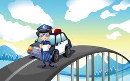 Oficial y su coche patrulla en moderado Fotos de archivo libres de regalías
