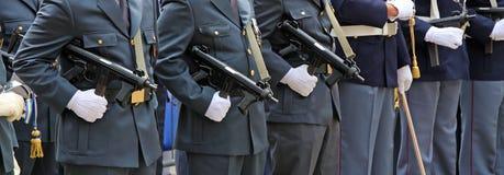 oficiales armados de la policía italiana en uniforme Foto de archivo