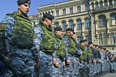 Oficiales de policía alineados Fotografía de archivo libre de regalías