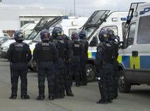 Oficiales de policía británicos en antidisturbios Imágenes de archivo libres de regalías