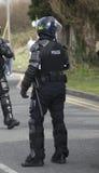 Oficiales de policía británicos en antidisturbios Foto de archivo libre de regalías
