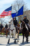 Oficiales de policía a caballo en desfile imagen de archivo