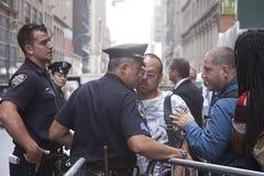 Oficiales de policía de Nueva York que hablan con los fotógrafos fotos de archivo libres de regalías
