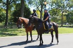Oficiales de policía de NYPD a caballo listos para proteger el público en Billie Jean King National Tennis Center durante el US O Imagen de archivo libre de regalías