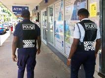 Oficiales de policía del Fijian que patrullan en la calle principal Imagen de archivo