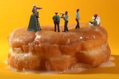Oficiales de policía en imágenes conceptuales de la comida con los anillos de espuma Foto de archivo