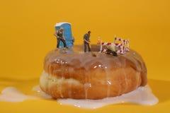 Oficiales de policía en imágenes conceptuales de la comida con los buñuelos Imagen de archivo