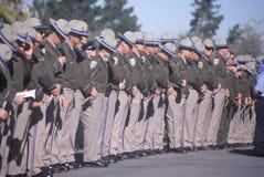 Oficiales de policía en la ceremonia fúnebre, foto de archivo